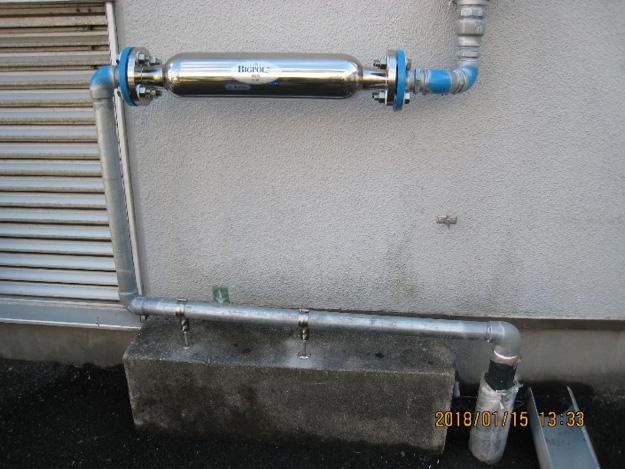 給水配管に設置した高密度磁束活性水装置イメージ